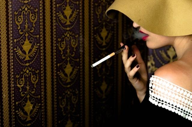 タバコを吸う女性の横顔