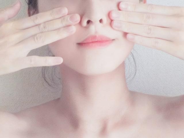頬を触る女性