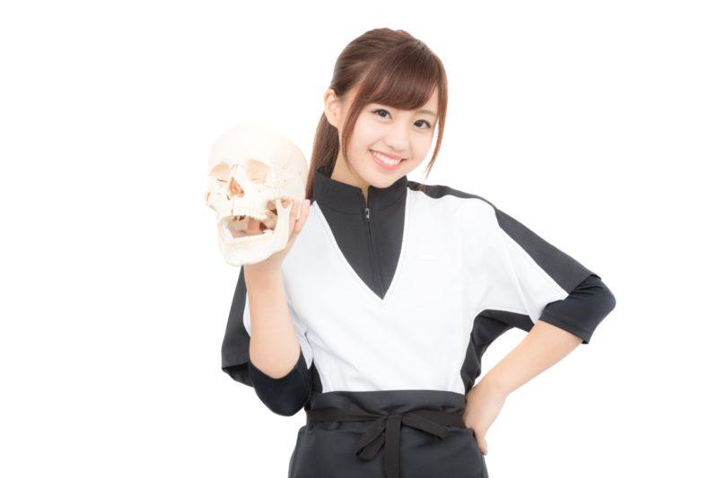 骨格標本を持つ女性