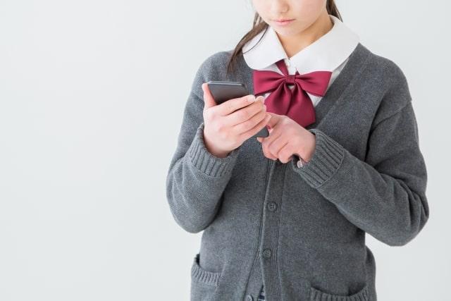 スマホを使う女子高生