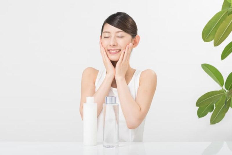 化粧水で手入れしている女性